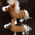 かぎ針編みので編んだ編みぐるみ馬