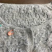 棒針編みのカーディガンの細編みで襟ぐりを編んでます。